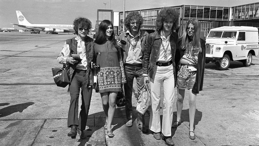 Солисты группы Cream в аэропорту Лондона, 1967 год. Слева направо на снимке: бас-гитарист Джек Брюс со спутницей, барабанщик Джинджер Бейкер и музыкант Эрик Клэптон со спутницей