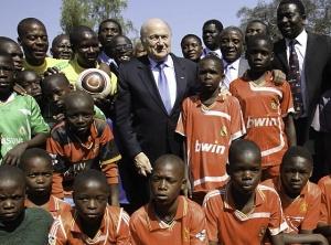 Йозеф Блаттер во время визита в Зимбабве