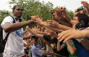 Кевин Дюрант приветствует своих фанатов в китайском Гуанчжоу