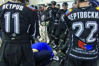 Евгений Музафаров лежит избитый в раздевалке