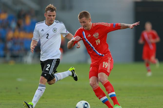Защитник сборной Германии Тони Янтшке и полузащитник сборной России Максим Григорьев (слева направо)