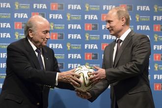 Зепп Блаттер (слева) и его организация пресекают разговоры о переносе чемпионата мира из России