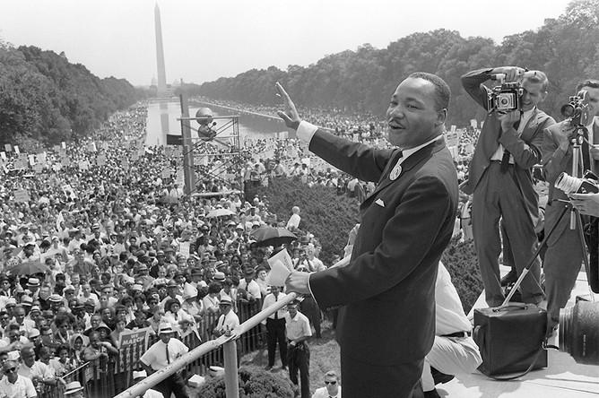 Мартин Лютер Кинг — борец за гражданские права — выступает на вашингтонском моле во время «Марша на Вашингтон», 1963 год