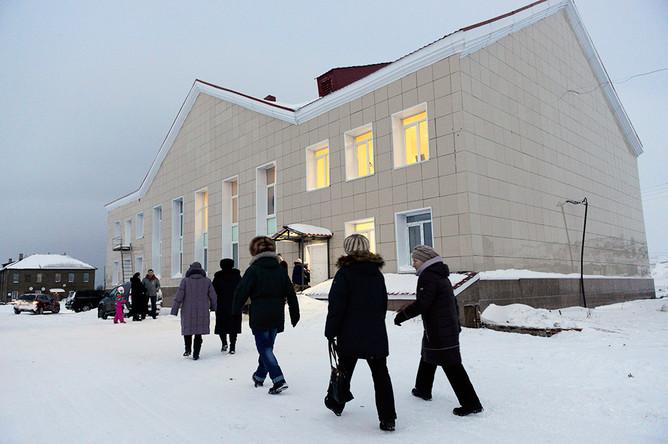 Жители поселка Териберка у ДК культуры перед премьерным показом фильма Андрея Звягинцева «Левиафан»