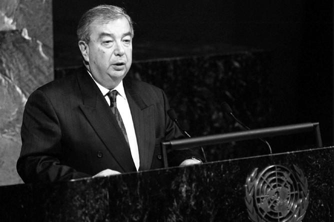 Примаков был премьером недолго, однако его правительство, сформированное из опытных функционеров советской закалки, пришедших на смену команде младореформаторов, запомнилось стабилизацией страны после дефолта. На фото: Евгений Примаков выступает на 51-й сессии Генеральной Ассамблеи ООН
