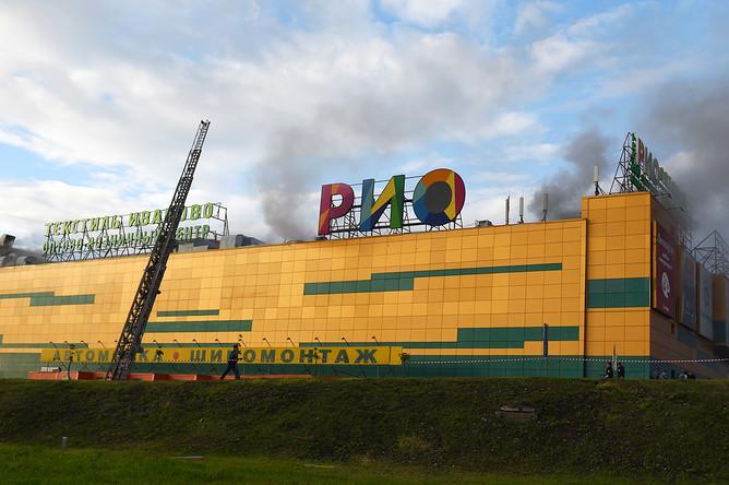Во время пожара в торговом центре «Рио» на Дмитровском шоссе, 10 июля 2017 года
