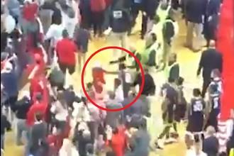 Игрок баскетбольной команды «Западная Вирджиния» бьет болельщика