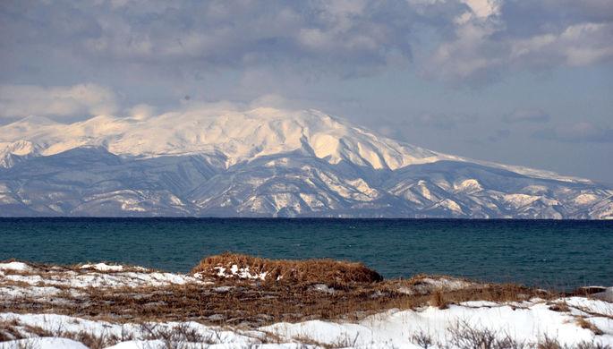 Вид на остров Хоккайдо зимой с острова Кунашир