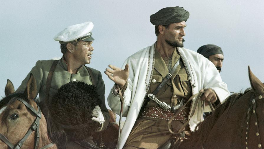 Владимир Кадочников в роли подпоручика Семена и Кахи Кавсадзе в роли Абдуллы в кадре из фильма «Белое солнце пустыни» (1970)