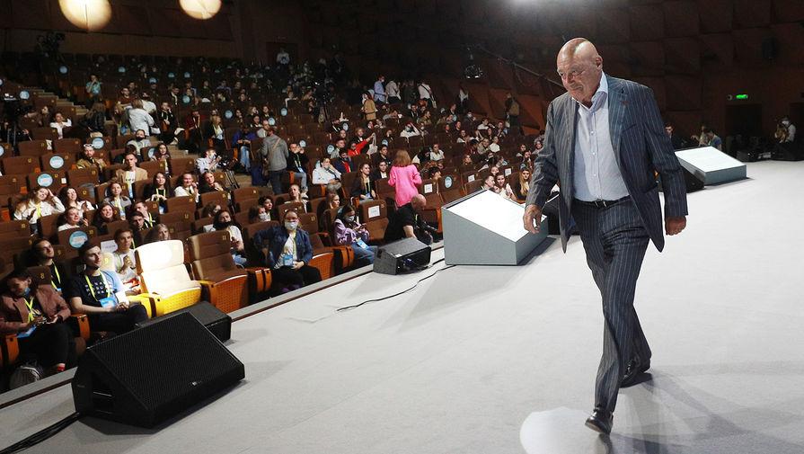 Журналист Владимир Познер на «Открытом диалоге» в рамках трехдневного просветительского марафона общества «Новое Знание» в Москве, 20 мая 2021 года