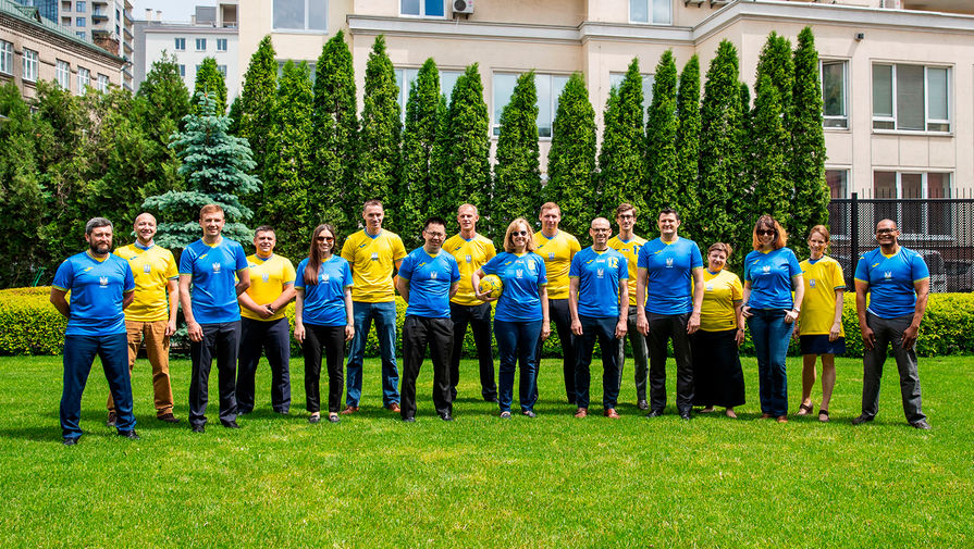 Захарова отреагировала на фото сотрудников посольства США в форме сборной Украины