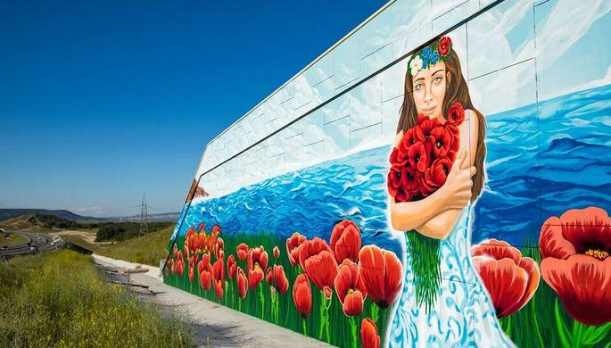 Огромные граффити ко Дню России украсили трассу «Таврида»