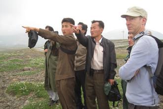 Справа налево: Клайв Оппенгеймер, его коллега из Северной Кореи Ким Чу Сон и северокорейский студент