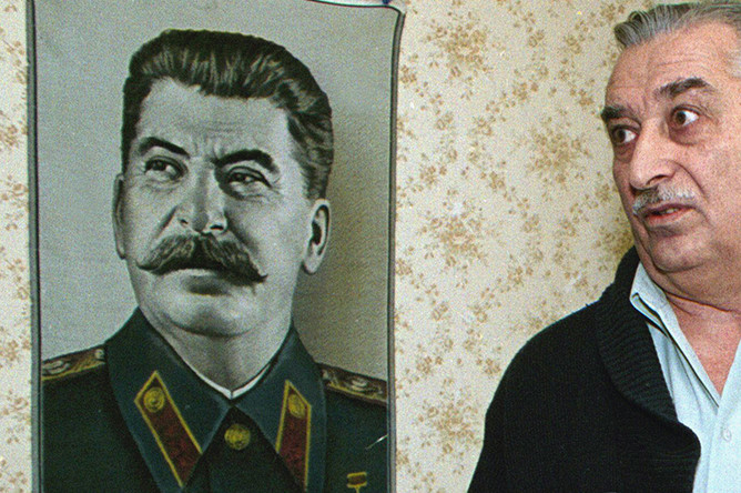 Евгений Джугашвили у портрета Сталина, 2002 год