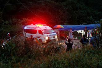Автомобиль скорой помощи около пещеры Кхао Луанг в Таиланде, 9 июля 2018 года