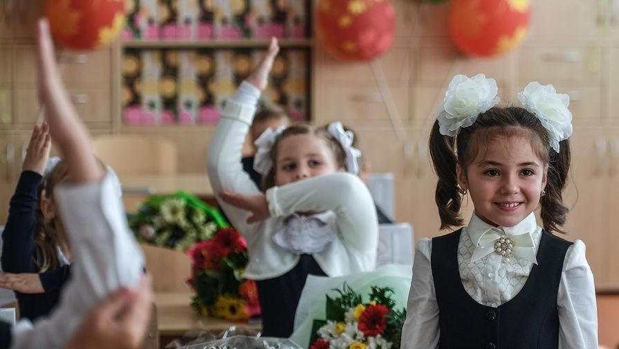Первоклассники во время первого урока в Москве