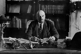 Владимир Ильич Ленин в рабочем кабинете в Кремле. 16 октября 1918 год