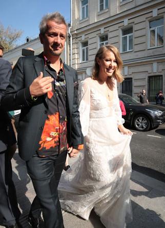 Режиссер Константин Богомолов и телеведущая Ксения Собчак перед торжественной частью церемонии бракосочетания в Грибоедовском ЗАГСе Москвы, 13 сентября 2019 года