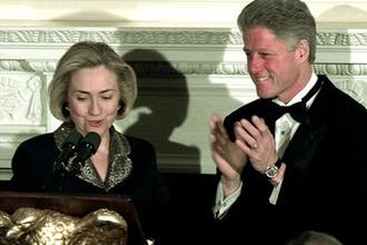 Первая леди США Хиллари Клинтон и президент Билл Клинтон во время торжественного ужина в Белом доме, 21 января 1998 года