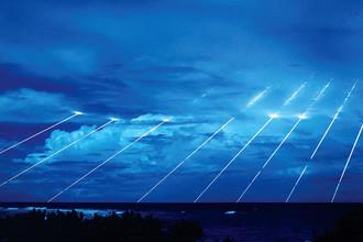 Тестовый запуск межконтинентальной баллистической ракеты Peacekeeper. На снимке с длинной экспозицией видны следы каждой из десяти разделяющихся боеголовок