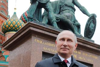 Президент России Владимир Путин на церемонии возложения цветов к памятнику Минину и Пожарскому на Красной площади в рамках празднования Дня народного единства