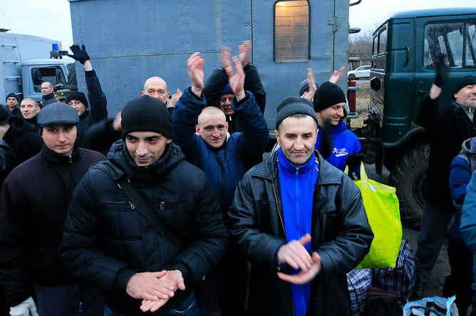 Во время обмена пленными между Киевом и самопровозглашенной Донецкой народной республикой у КПП «Майорск» на линии разграничения в районе Горловки, 27 декабря 2017 года