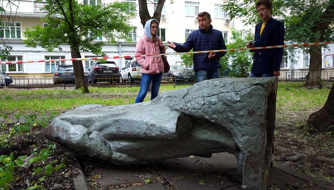 Обезглавленный памятник В.И. Ленину на улице Климашкина в Москве, 7 июня 2016 года