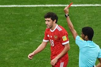 Полузащитник сборной России Юрий Жирков покидает поле в матче против команды Мексики на Кубке конфедераций из-за второй желтой карточки