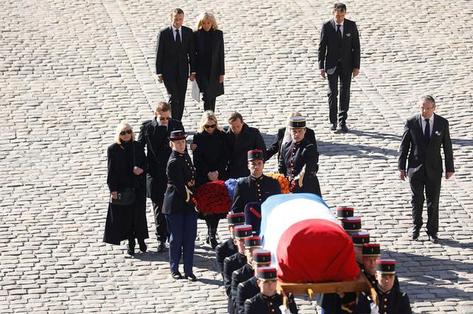 Президент Франции Эммануэль Макрон с женой Брижит, вдова Шарля Азнавура Улла Торсель и его дети Катя, Седа, Николя и Миша