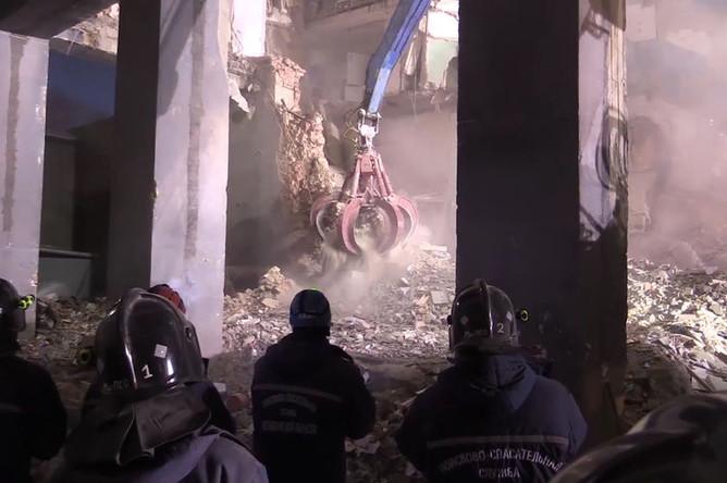 Работа спасателей на месте обрушения части многоэтажного жилого дома в Магнитогорске, 3 января 2019 года