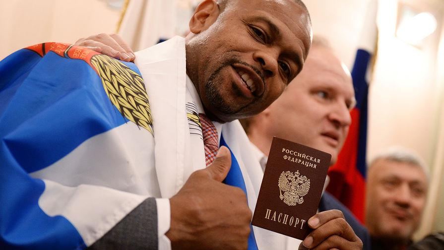 Боксер Рой Джонс во время получения российского паспорта в Федеральной миграционной службе РФ, 2015 год