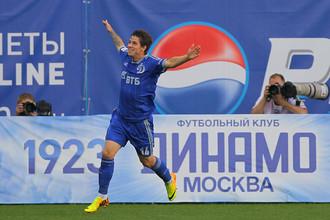 Павел Соломатин празднует забитый мяч