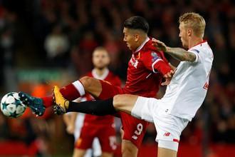 Нападающий «Ливерпуля» Роберто Фирмино борется за мяч с защитником «Севильи» Симоном Кьером