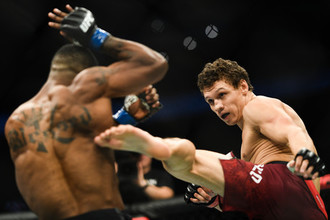 Роман Копылов (Россия) и Карл Роберсон (США) (слева) во время боя в среднем весе на турнире по смешанным единоборствам UFC Fight Night в Москве.