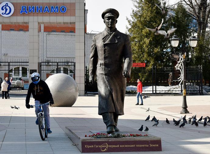 Памятник космонавту Юрию Гагарину на бульваре Гагарина в Брянске. Памятник был установлен в 2014 году по проекту скульптора Равиля Юсупова