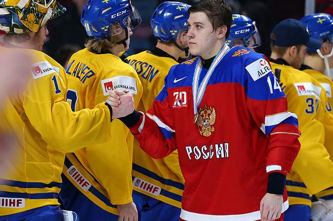 Игрок сборной России Кирилл Беляев (справа) после окончания матча за 3-е место молодёжного чемпионата мира по хоккею между сборными командами России и Швеции