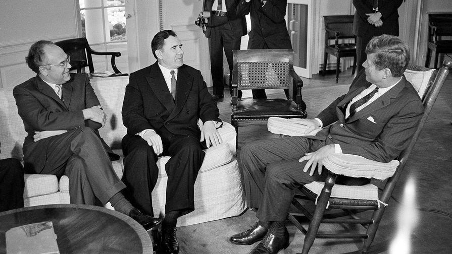 Президент США Джон Кеннеди (справа) с министром иностранных дел СССР Андреем Громыко и послом СССР в...