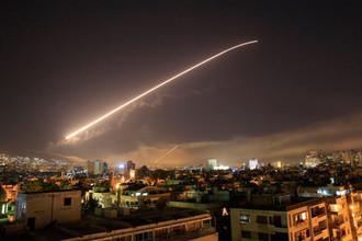 Небо над сирийским Дамаском во время нанесения ракетных ударов США, 14 апреля 2018 года