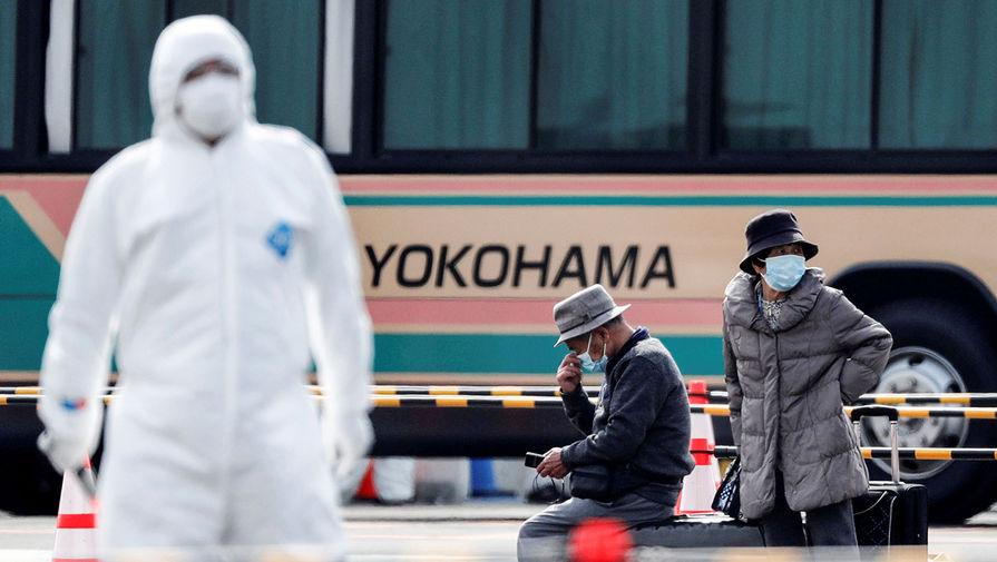 Пассажиры круизного лайнера Diamond Princess в порту Иокогамы, 20 февраля 2020 года