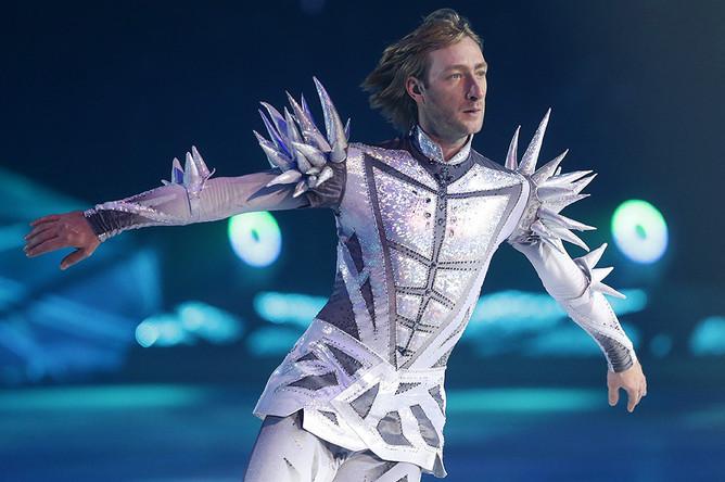 Евгений Плющенко во время выступления на ледовом шоу «Снежный король» в Ледовом дворце, 2015 год