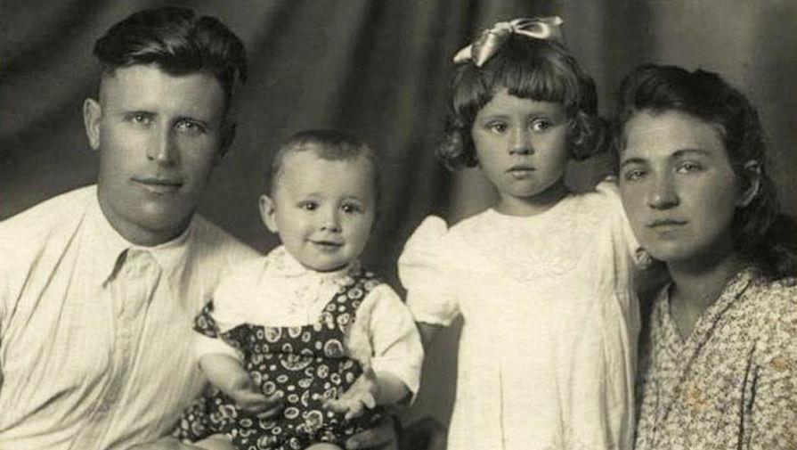 Валентина Толкунова с родителями и братом Сережей (начало 1950-х)